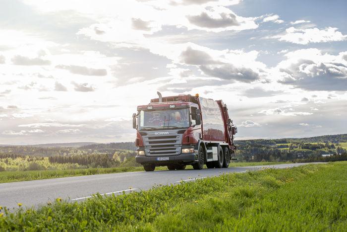 Avfallsbil på landevei - hovedbilde