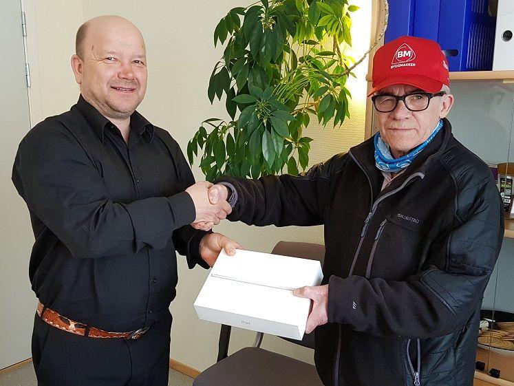 Rådmann overrekker iPad til vinneren Bernt Nyheim