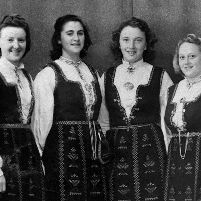 Illustrasjonsfoto. Fire Honndalstauser i Nordfjordbunad i 1948. Fotograf ukjend. Fylkesarkivet i Sogn og Fjordane.