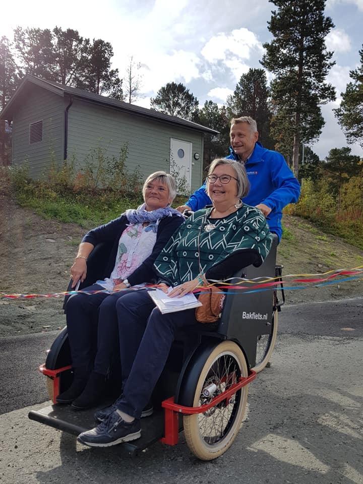 Ann Mari Hansidatter og Anne Dalheim på el-sykler