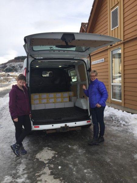 Hege Mari Kolseth og Bjørg Mandelid saman med 45 boksar med tannhelsejournalar frå Askvoll tannklinikk.