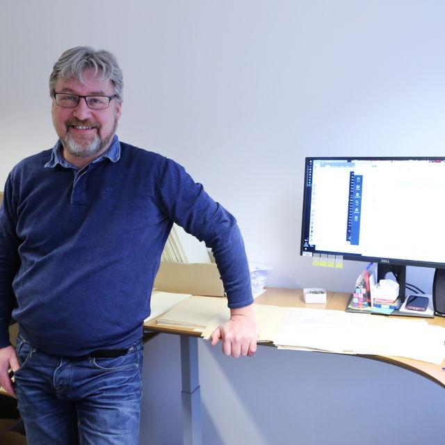 Fylkesarkivar Arnt Ola Fidjestøl gler seg til å få på plass fleire til å jobbe med ordning og digitalisering av kommunale arkiv. (Foto: Sogn og Fjordane fylkeskommune)