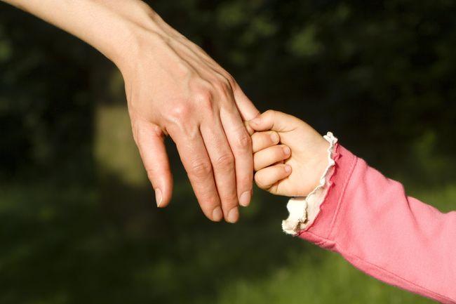 vaksenhand og barnehand saman