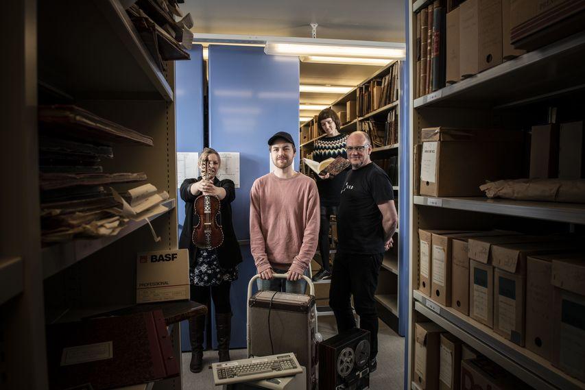 Fire musikarar i arkivet sitt magasin