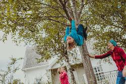 Barn leker i treet