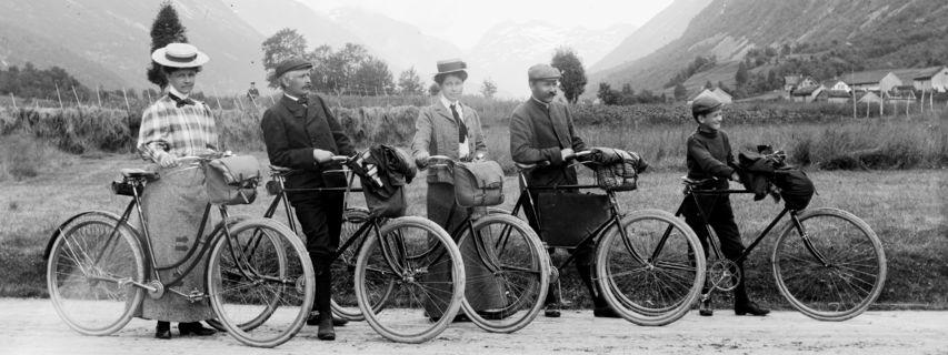 svart/kvitt-bilete av folk på sykkel