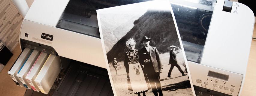 Fotoprinter og papirkopi av svart-kvitt foto
