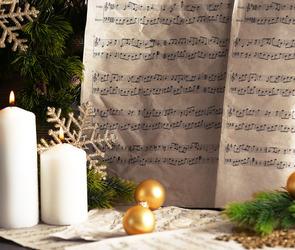Julenoter lys og julepynt.