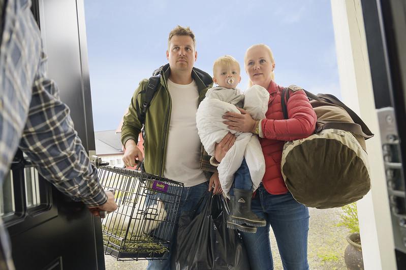 Egenberedskap DSB - familie med lite barn og oppakning ankommer nabohus entredør