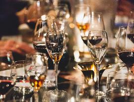 Foto av bord med glass