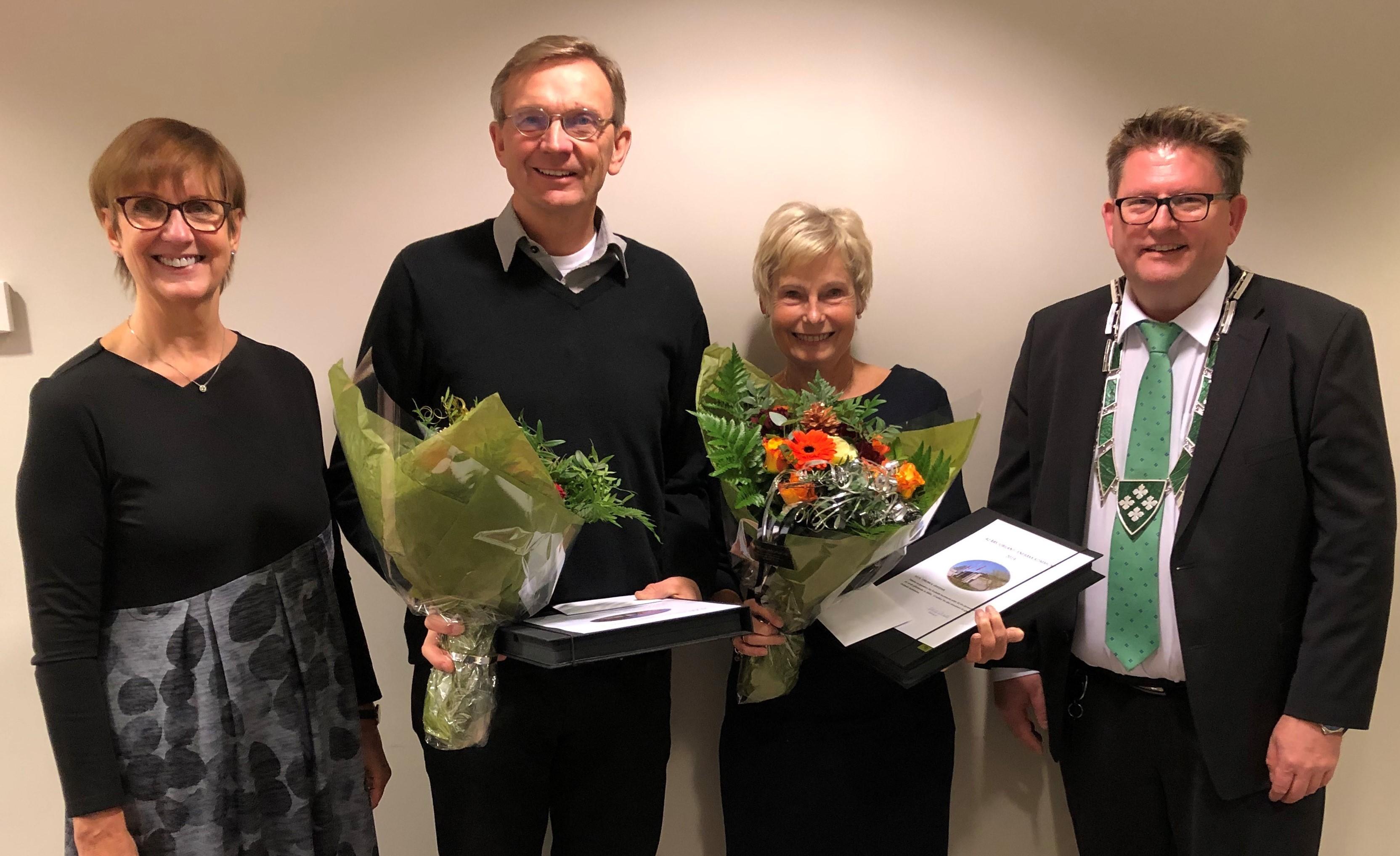 Hedret for 40 års tjeneste i Enebakk kommune - f.v. rådmann Kjersti Øiseth, Anders Heimdal, Torunn H. Gravdahl, ordfører Hans Kristian Solberg