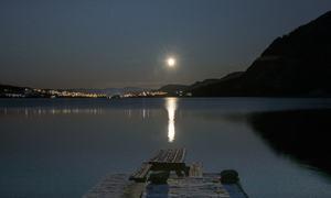 Rovatnet badet i måne- og stjerneskinn.