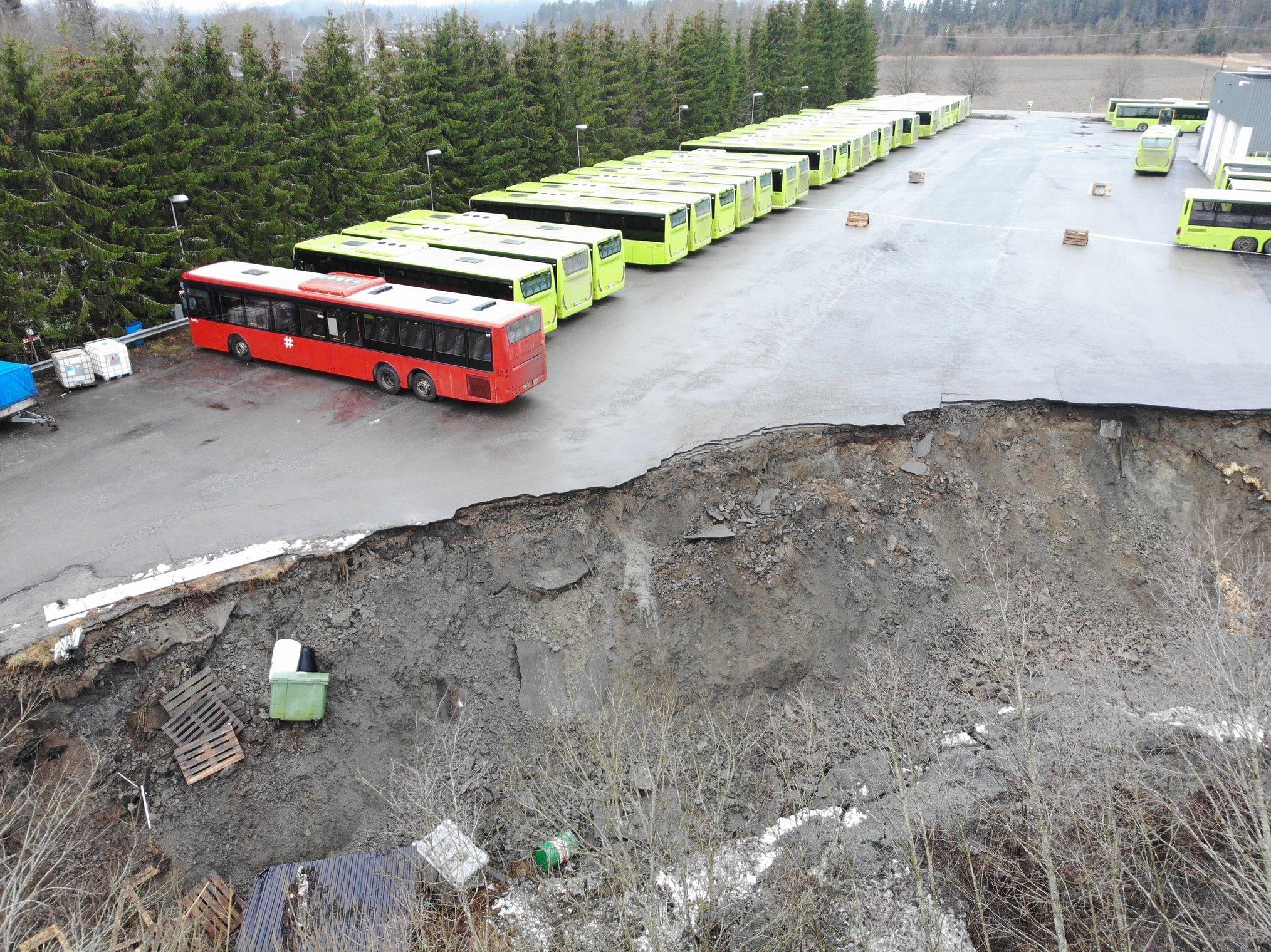 Jordras Kirkebygda - bussparkering, busser nær raskant