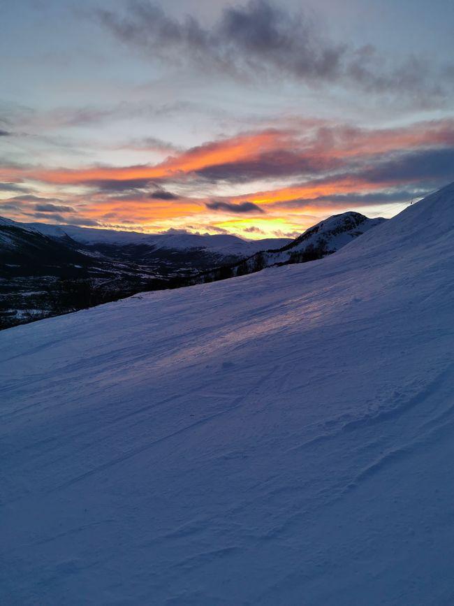Snø-fjell-solnedgang