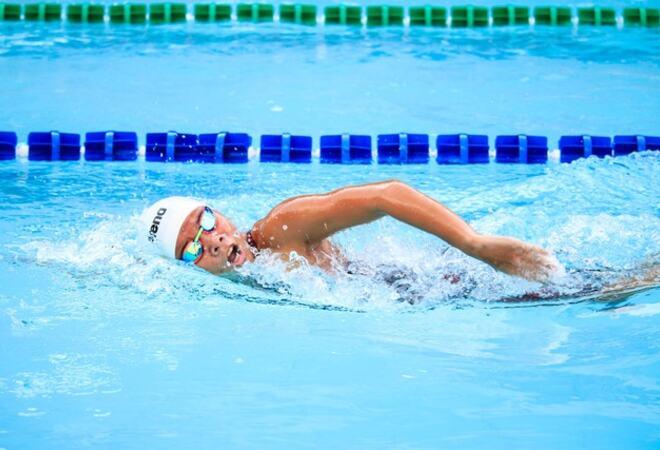 Person som svømmer i svømmehall