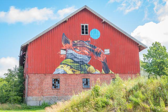Gatekunst på Nordby gård av kunstner Mathis Anvik
