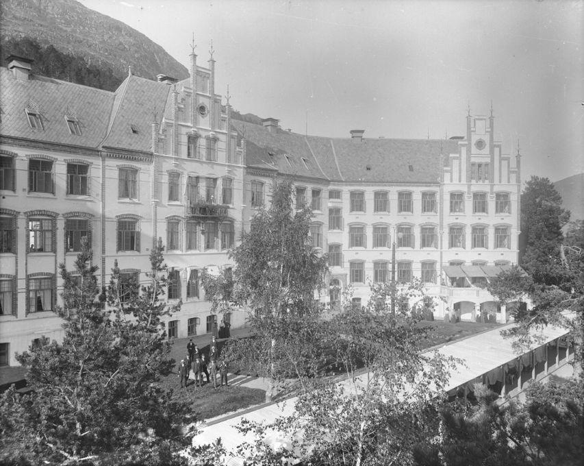 Fotografi av Luster sanatorium. Bygget er i mur og har ein stor hage på framsida.
