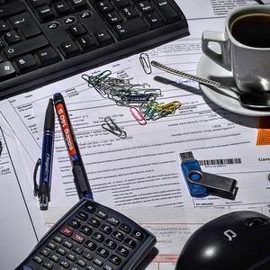 Fakturaer (bookkeeper-1016299 Pixabay.com)