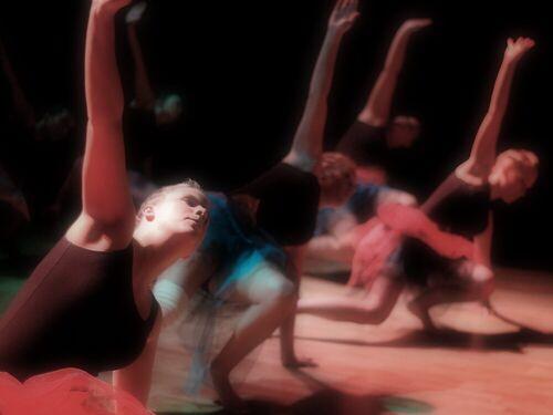 Brevik Danseverksted. En gruppe ungdommer danser