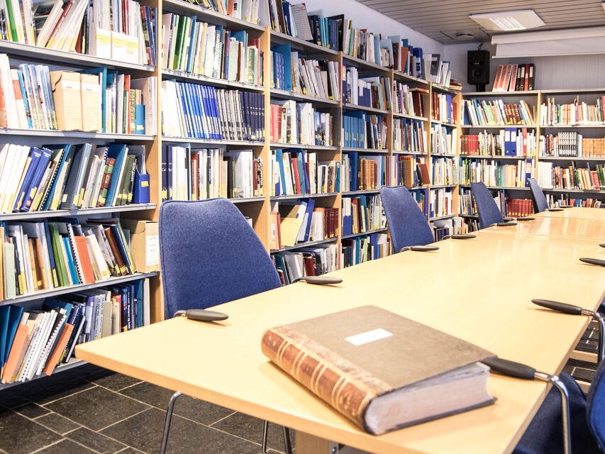 Bilde av bord og bokhyller på lesesalen.