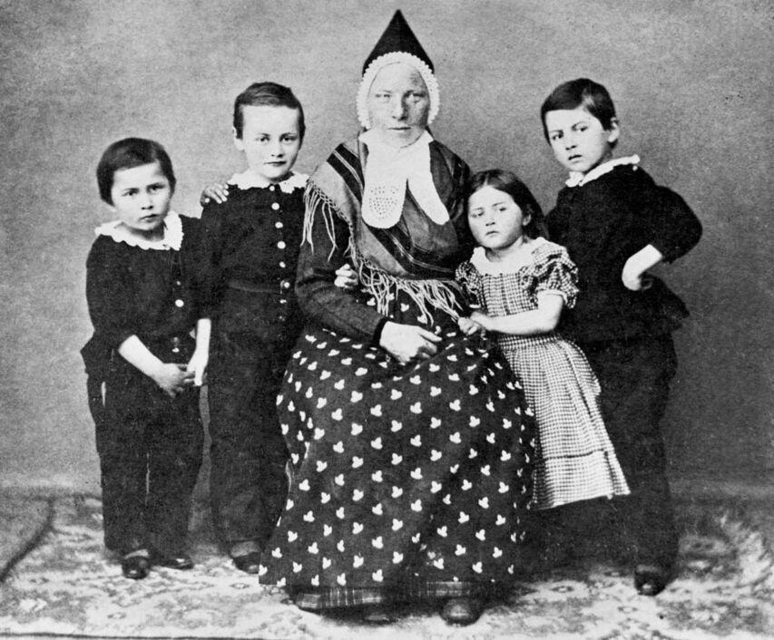 Skuespiller Proms barn med våtamme, Fotograf ukjend, Eigar: Avdeling for spesialsamlinger, Universitetsmuseet i Bergen