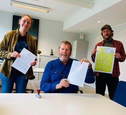 Avtale signert om frivillig vern av skog, fra venstre plan- og miljøvernrådgiver Cathrine Torjussen, ordfører Tom Anders Ludvigsen og arealplanlegger Ragnar Joakim Nese.