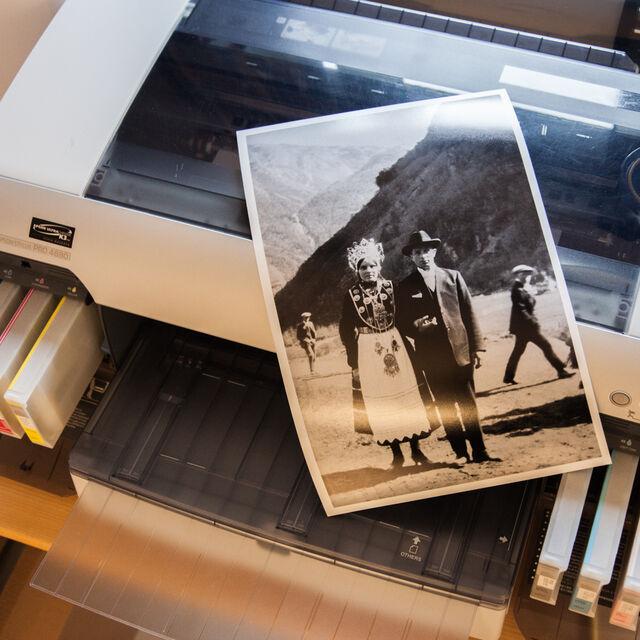 Ein papirkopi av eit svart-kvitt bilde og ein fotoskrivar.