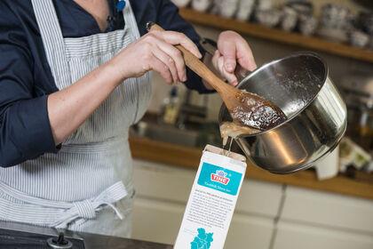 Fettet kan helles i en tom melkekartong og kastes i restavfallet