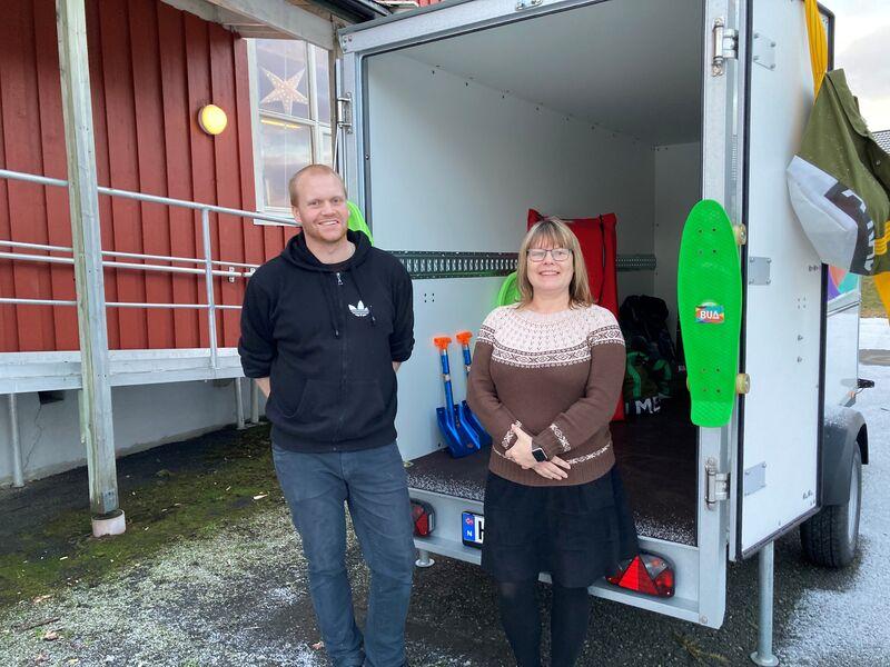 Martin Strand og Anne Britt Breivik låner ut utstyr fra BUA hengeren.