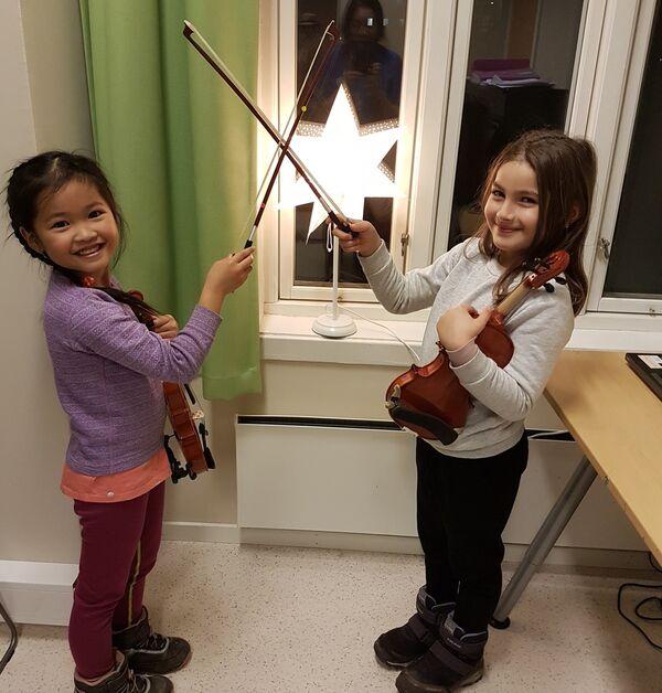 Darlene og Aisha lærer å spille fiolin på Kulturskolen. Foto: Kulturskolen