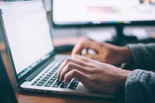 Person som skriver på datamaskin