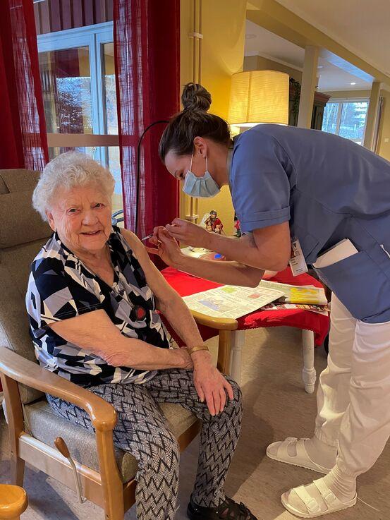 Bilde av Anny Lervik, den aller første som fikk koronavaksine i Heim kommune (7. januar 2021). Nå får alle pasienter på våre sykehjem tilbud om oppfriskningsdose (dose 3).
