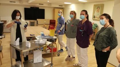 Godt forberedt til å starte vaksineringen er (f.v) Mariann Thue Hansen, Stine Solberg Andersen, Elin Sakkestad Larsen og Stian Hagen. Foto: Vestby sykehjem, Vestby kommune