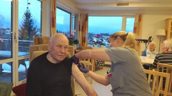 John Arne Rossholt får første vaksinedose satt av avdelingssykepleier Stine Solberg Andersen Foto: Vestby sykehjem, Vestby kommune.
