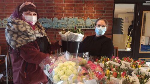 Butikkleder Martine Heiaas Nitteberg (t.v) og Theres Utakleiv (t.h), Vestby sykehus Foto: Vestby sykehus