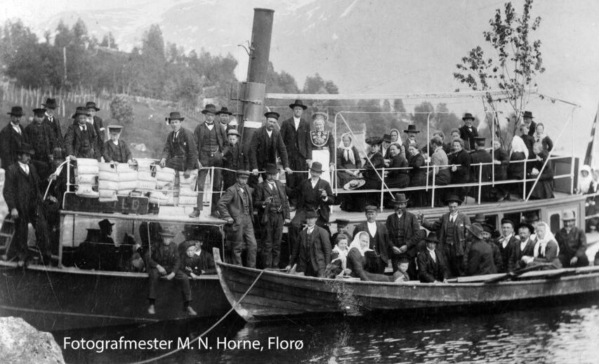 svart-kvitt, historisk bilete av båt med mange menneske