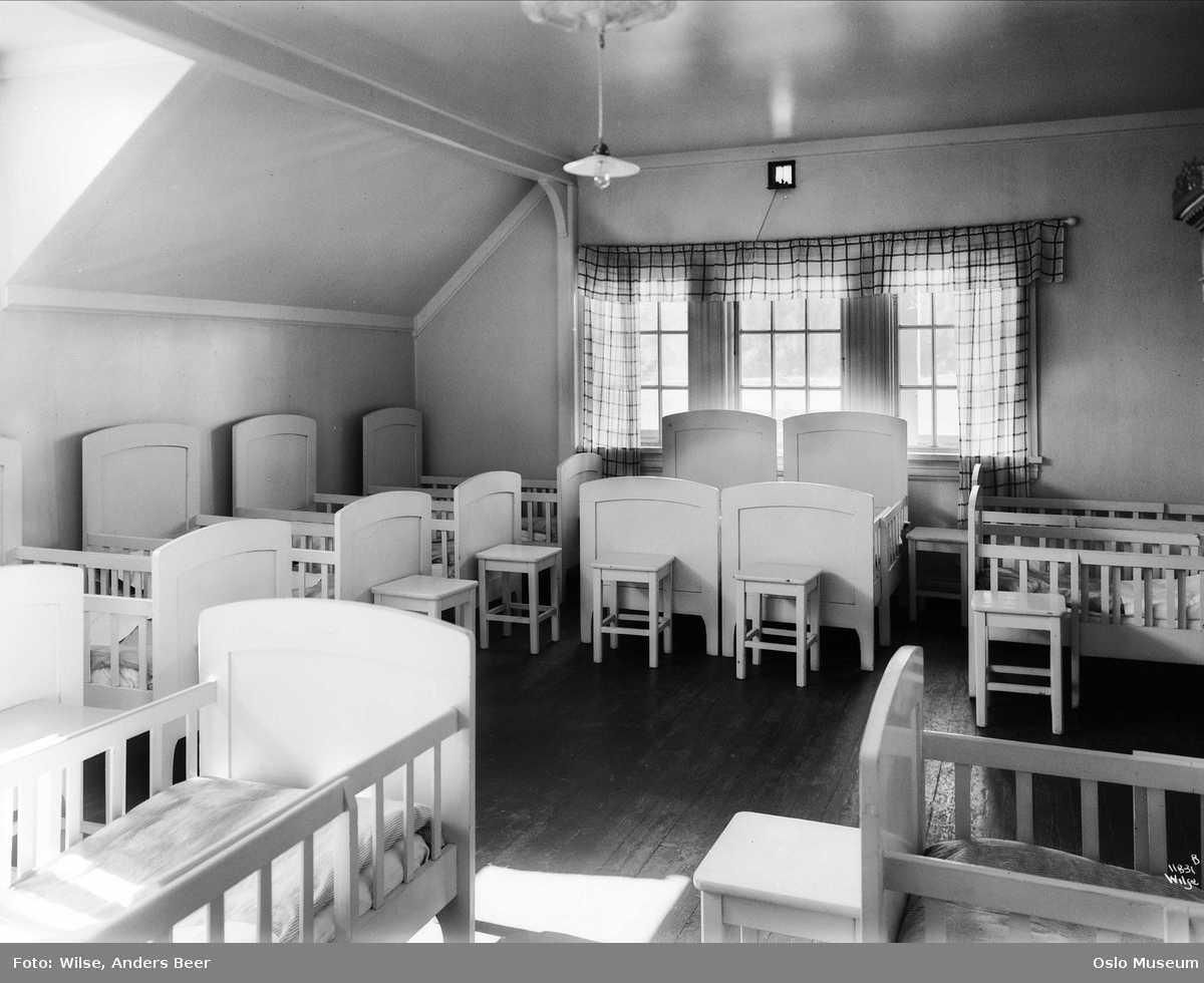 Sovesal på Lillehagen barnehjem, Foto Anders B. Wilse ca 1920. Oslo Museum.jpg