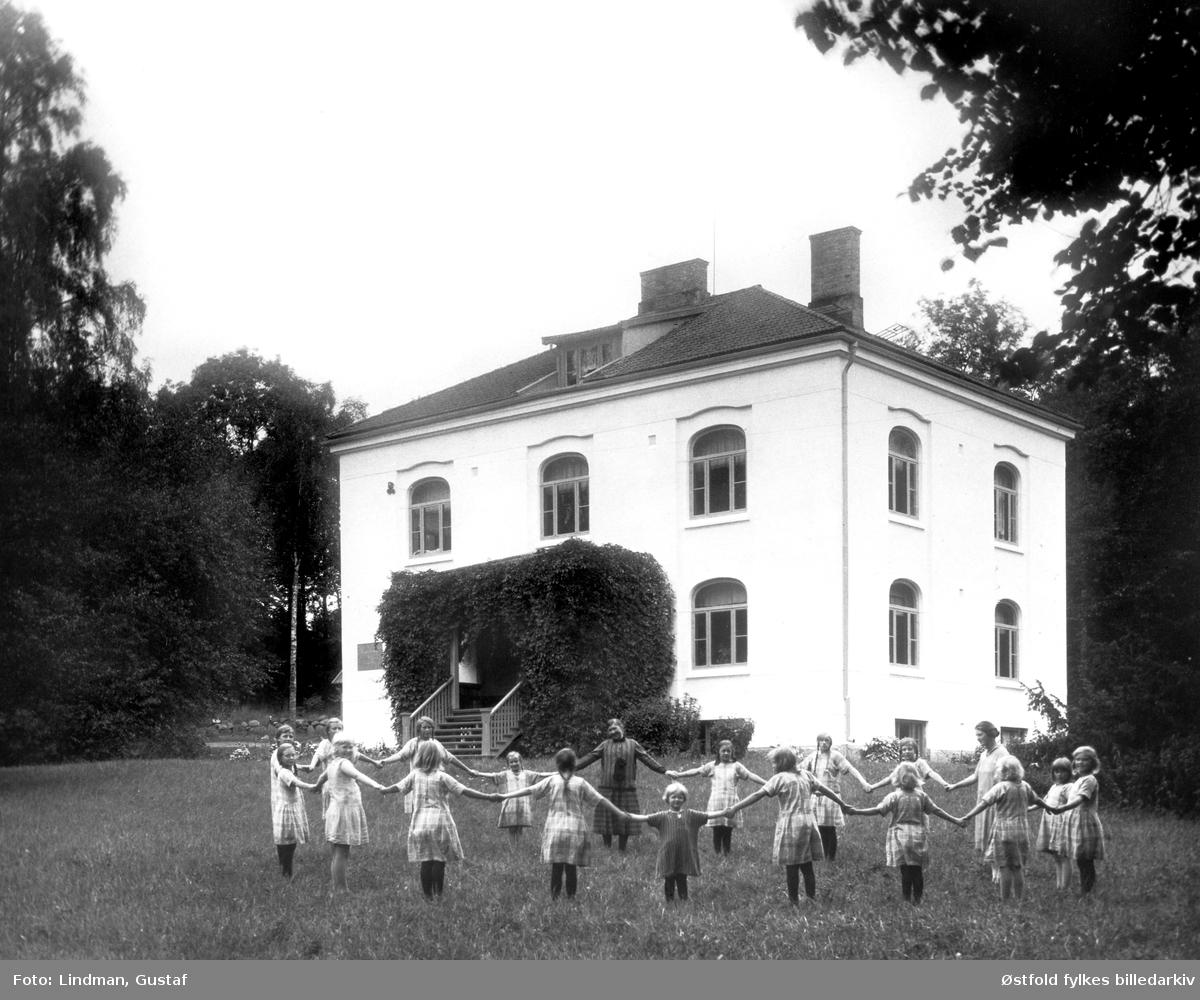 Orkerød barnehjem, Jeløy ved Moss, eier Den Norske Frimurerlosje, ca 1920, foto Gustaf Lindman, Østfold fylkes billedarkiv. cc by-nc-nd.jpg