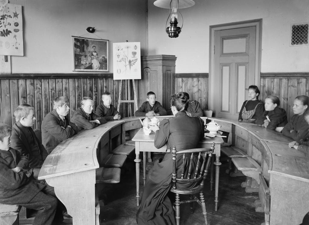 Undervisning i klasserom på Eikelund skole, Avdeling for spesialsamlinger vedUiB, , foto Atelier K. Knudsen.jpg