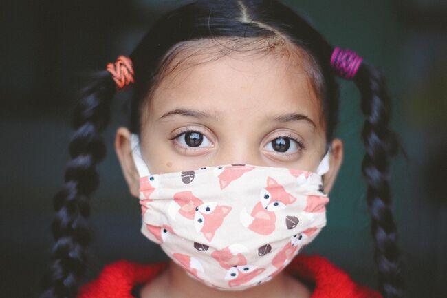 Barn med munnbind