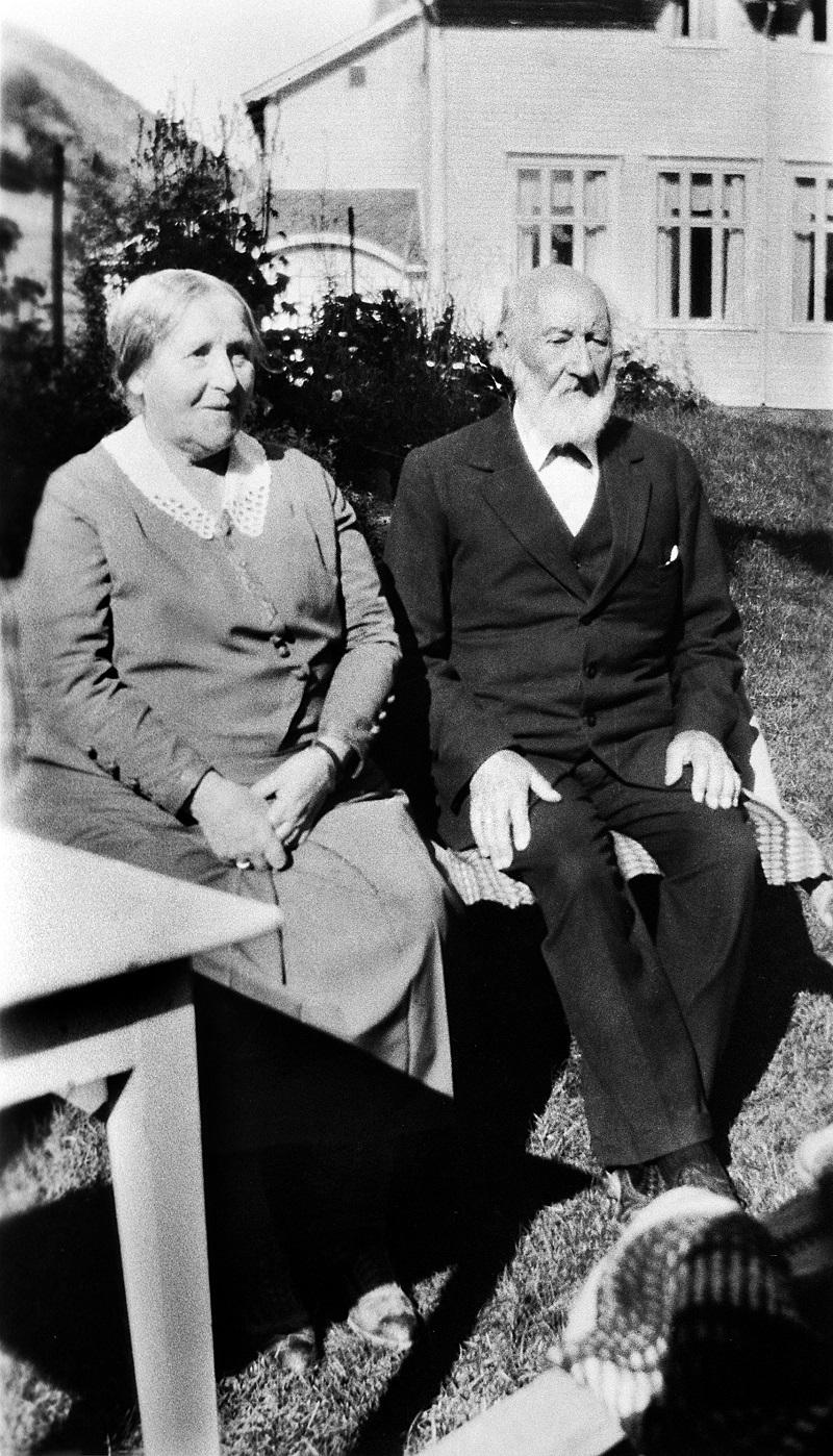 Brita og Olaus Dahle i hotellhagen ved Mundal Hotel i Fjærland. Hotel Mundal opna 29.juni 1891.