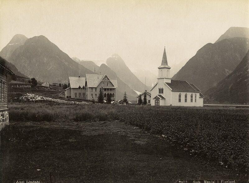 Mundal kyrkje og Hotel Mundal.