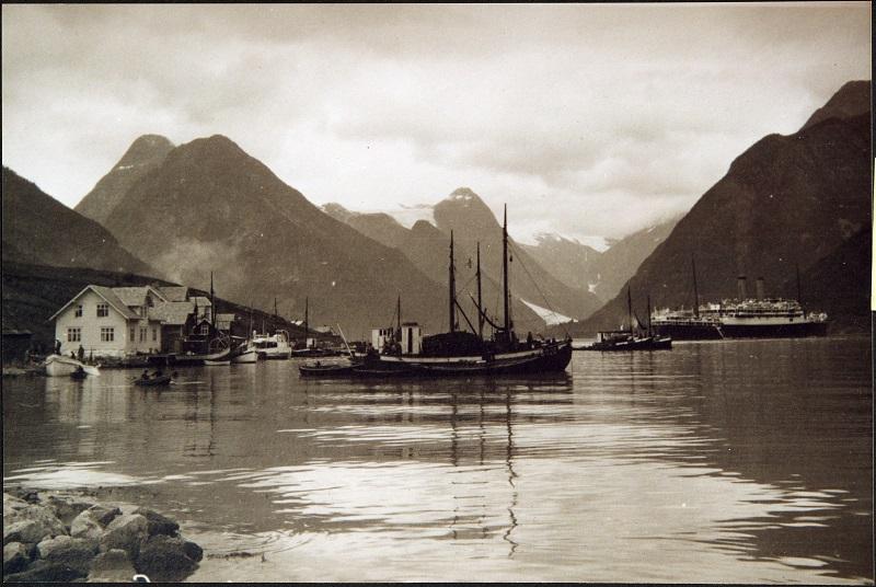 Fiskebåtar og turistskip ved Mundal.
