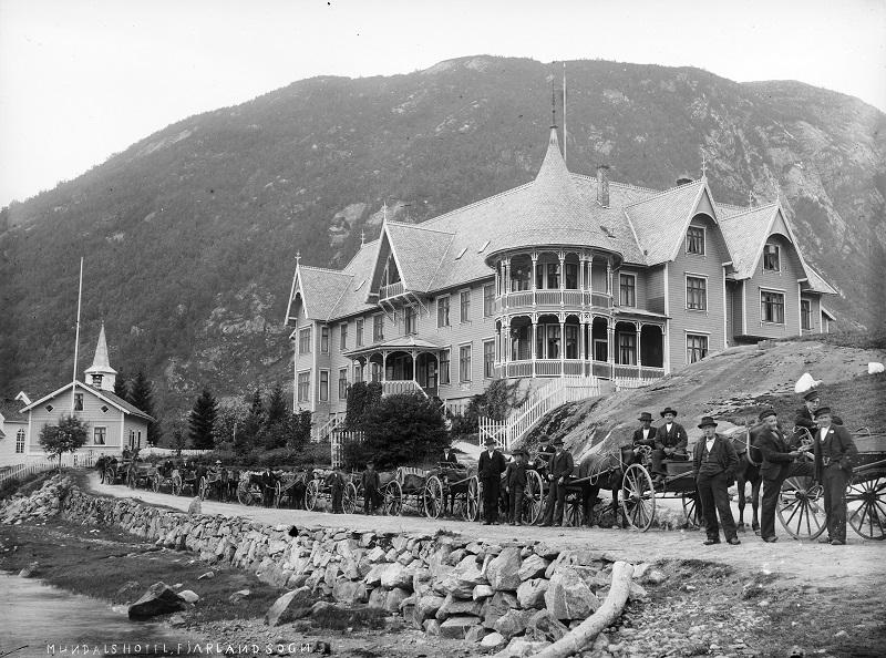 Skyssvogner oppstilt framfor Hotel Mundal i Fjærland.