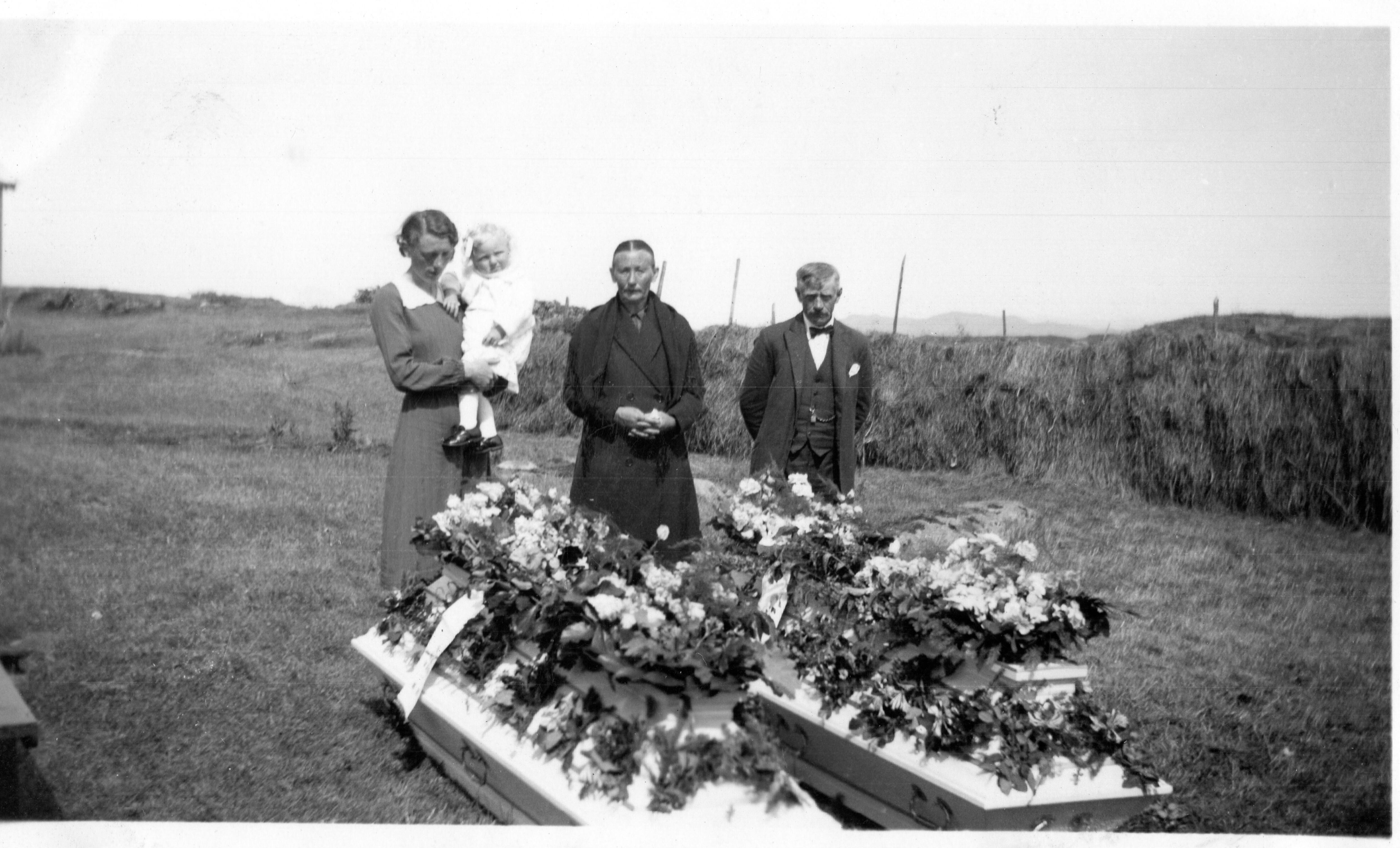 Frå den private minnestunda på Smelvær. Frå venstre: Gudrin som held Solfrid på armen, Mathilde og ein bror av Mathilde.