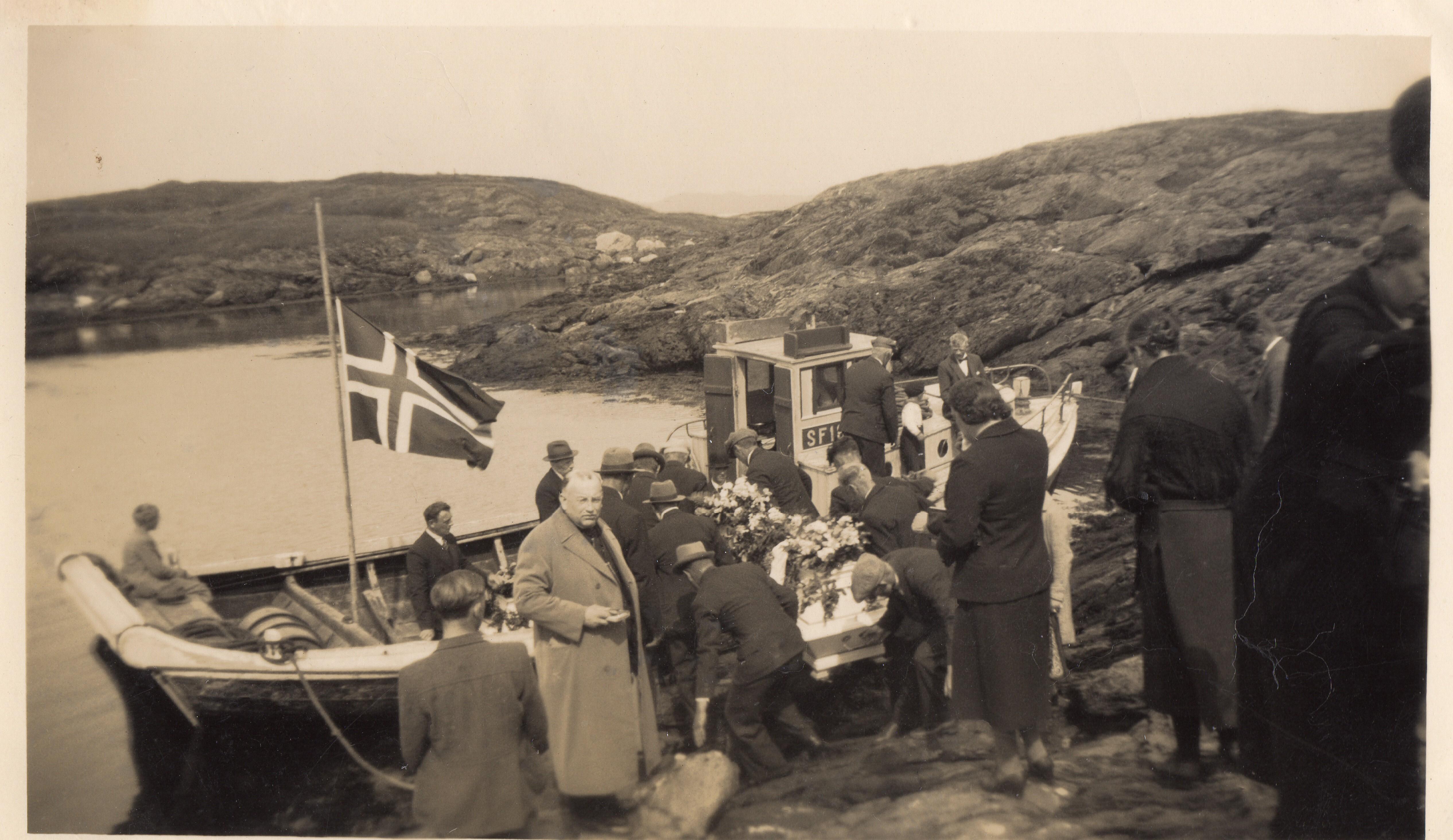 Kistene blir bore ned i båten for å bli frakta til Askvoll kyrkje.