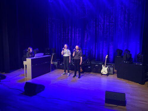 Ellinor Esp og Live Kjørsvik Ertvåg (lærer Åshild M Tutturen Jacobsen på piano)