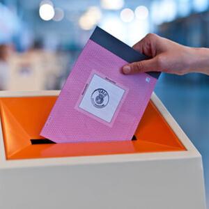 Stemmeseddel i urne