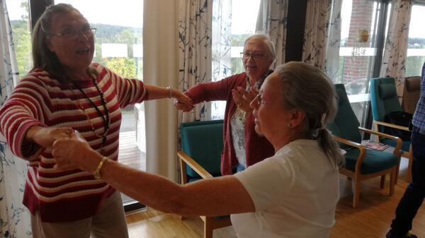 Flere av beboerne tok seg en svingom på dansegulvet! Foto: Vestby sykehjem