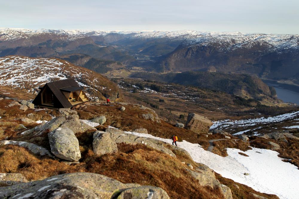 Skaraly ligg ved Kårstadskaret, om lag 700 moh. Hytta har vore godt besøkt dei siste åra og har vore eit fint tilskot til eit populært turområde. (Foto: Stig Roger Eide)